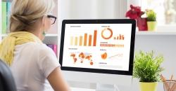 Mujer mirando ordenador con datos en tiempo real