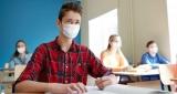 alumno en clase con mascarilla