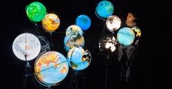 Representación de varios globos terráqueos iluminados